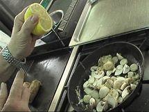 Žampiony zakapejte citronovou šťávou, aby zůstaly krásně bílé...